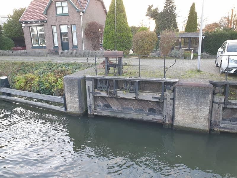 van Hees aannemer waterbouw: circulair hout sluisdeuren